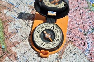 öppen kompass på kartorna. foto
