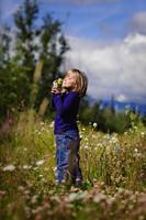 flicka i vilda blommor foto