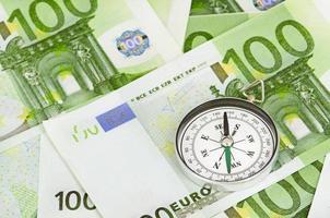 eurosedlar och en kompass foto
