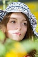 flicka på en bakgrund av solrosor foto