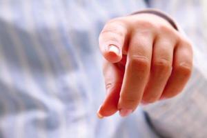 """kvinna finger tryck på """"enter"""" -knappen foto"""