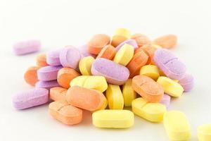 färgglada antibiotika tabletter på vitt foto
