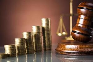 gyllene skalor av rättvisa, dollarpengar, guldmynt foto