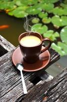 morgonkaffe i trädgården foto