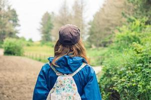 ung kvinna som går i skogen foto