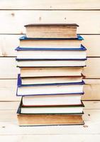 gamla böcker på en trähylla. foto
