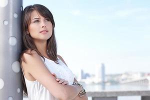 närbild av tänkande ung kvinna utomhus foto