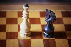 schackbrädet figurkonfrontation foto