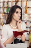 söt bruten kvinna på shopping kontrollera plånboken