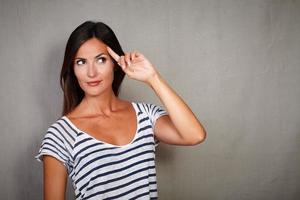 eftertänksam dam som planerar med handen på huvudet foto
