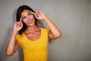 karismatisk dam som planerar med handen på huvudet foto