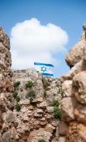israelisk flagga över kakun slottruiner foto