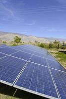 solpaneler - bostadsområde i solig ökenmiljö foto