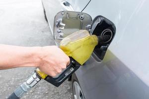 pumpa gas vid gaspump foto