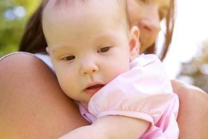 mamma som håller baby flicka foto