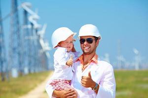 far och son på vindkraftverk foto