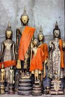 buddha statyer i wat xieng thong, luang prabang, laos foto