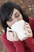 kvinna dricker foto