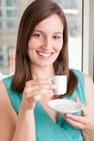 dricker kaffe foto