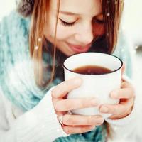 kvinnlig dricka varm dryck utomhus på vintern foto
