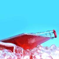 flaskor med dryck foto
