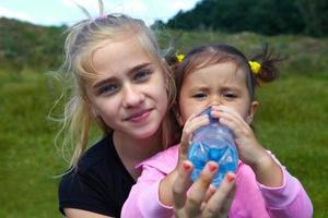 barn dricker vatten foto