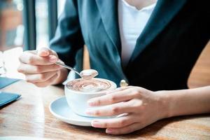 kvinna som dricker kaffe foto