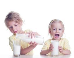 barn dricker mjölk foto