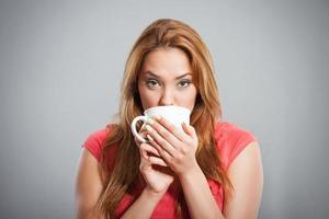 flicka som dricker kaffe foto