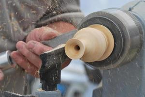 arbetar på trä svarv foto