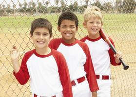 unga pojkar i basebollag foto