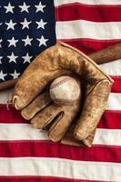 vintage baseballutrustning på amerikanska flaggan foto