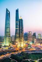 höjd utsikt över Shanghai vid solnedgången - vertikalt format foto