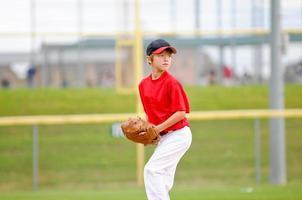 ungdom baseballkanna i röd tröja foto