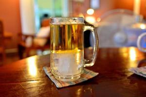 dricker öl foto