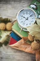 klocka med böcker foto