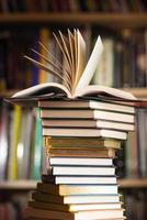 hög med böcker foto