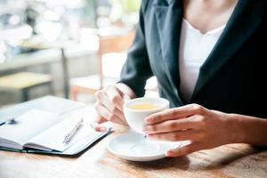 kvinna som dricker te foto