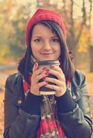 flicka som dricker kaffe