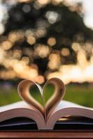 närbild bok på bordet under solnedgången tid foto