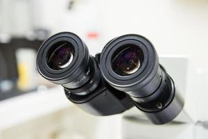 närbild okular mikroskop. foto