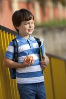 skolpojke som väntar i skolgården foto