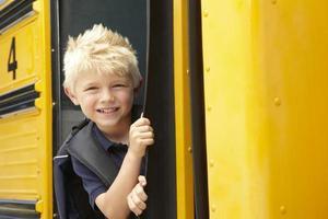 grundskoleelever ombordstigning buss foto