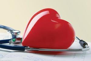 rött hjärta och ett stetoskop. foto