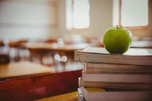 äpple på hög med böcker foto
