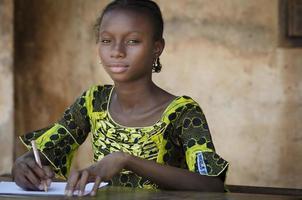 utbildningssymbol - afrikansk tonårsstudent tillbaka till skolan foto