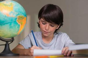 pojke gör läxor foto