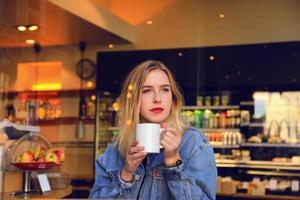 blond flicka som dricker foto