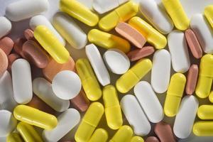bunt med olika färgglada piller foto