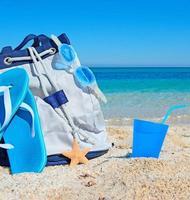 väska, sandaler och dryck foto
